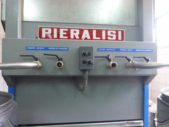 Stomorska, Croacia: オリーブオイルを作る機械