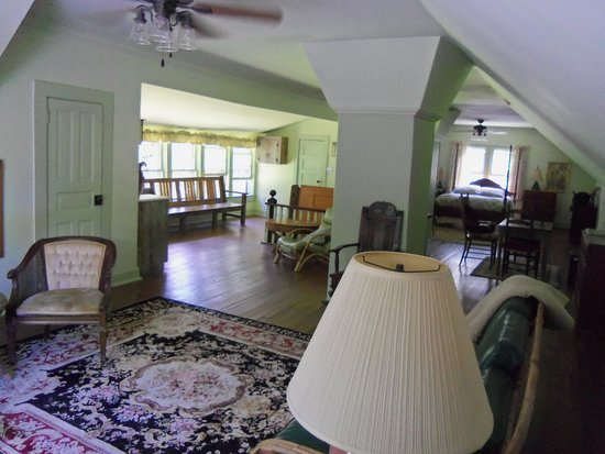 Black Mountain Inn: The Loft- Large room with lots of windows for gentle mountain breezes.