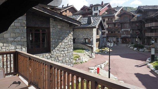Radisson Blu Resort, Arc 1950: grand balcon avec vue sur le village, donc pas sur les montagnes !