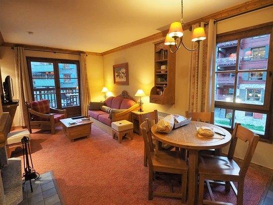 Radisson Blu Resort, Arc 1950: le salon est grand, confortable, il y a une cheminée !