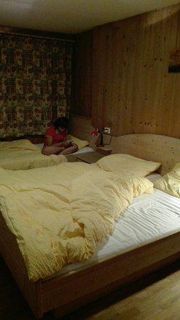 Garni Lamiri: Vista dalla camera e interno accogliente e caldi piumini anche in estate