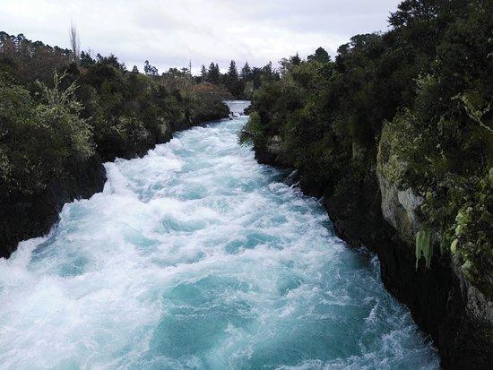 Ταούπο, Νέα Ζηλανδία: A clear blue mass of water running through a gorge