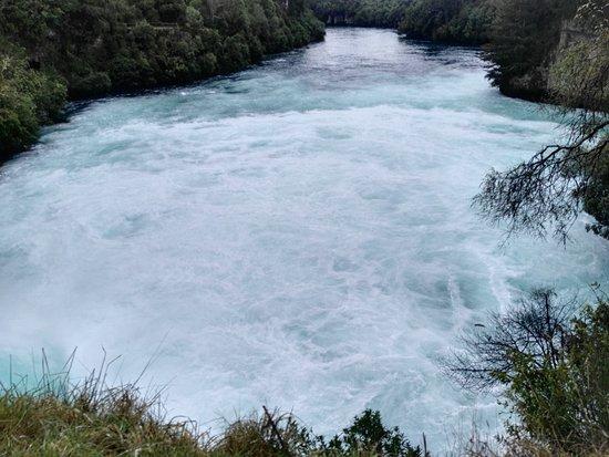 เทาโป, นิวซีแลนด์: A clear blue mass of water running through a gorge