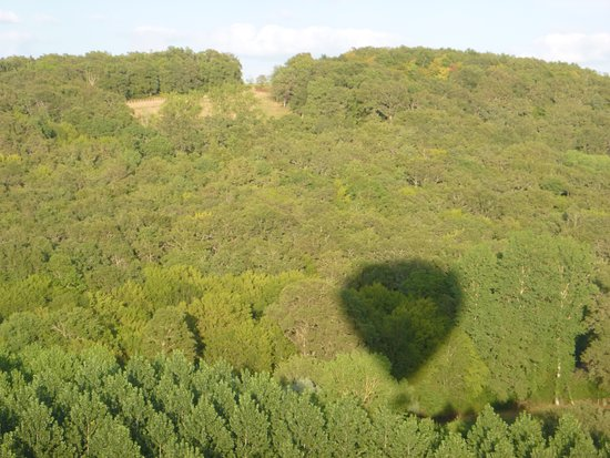 Juillac, Francia: the shadow of the balloon over the countryside
