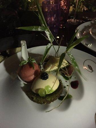 Seguret, Francia: dessert autour des fruits du pays financier amande, crème abricot, sorbet fraise,et figue, raisi