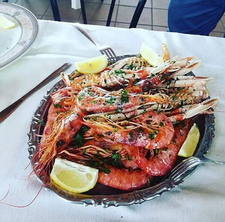 Lanuvio, Italia: Un ricchissimo arrosto misto di pesce ;-)