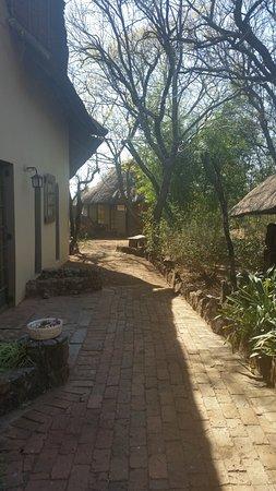 Centurion, Sudáfrica: path outside the restaurant