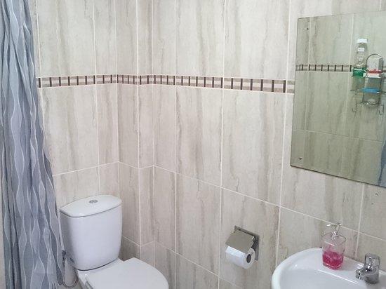 The Quiet Corner Guest House: En-suite bathroom 2