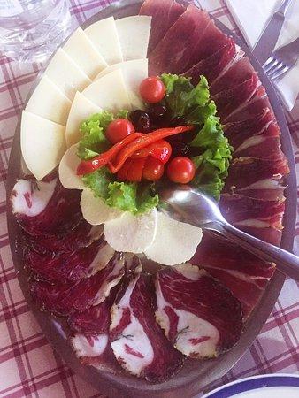Vodnjan, โครเอเชีย: tagliere misto di salumi e formaggi prodotti da loro, da provare!