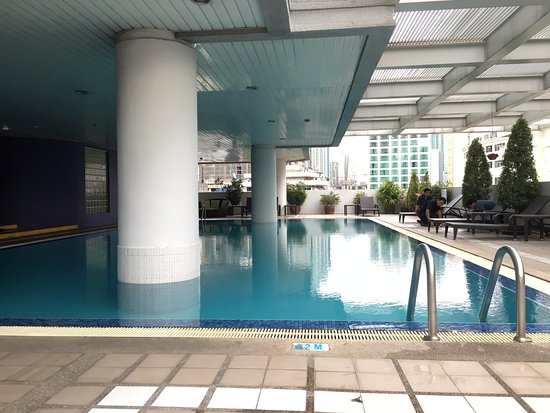 Phachara Suites: Covered swimming pool