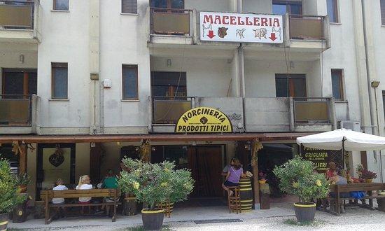 Sant'Anatolia di Narco, Italia: Esterno locale