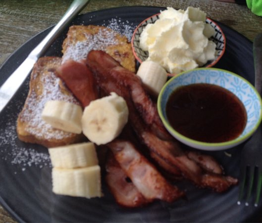 Opononi, Nowa Zelandia: Our lunch incl the so called Hoki Goreng and French toast w cream, maple syrup, bacon & banana