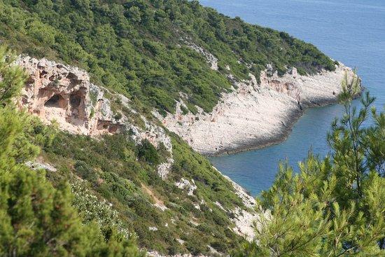 Vis, Kroatien: La plage est en bas