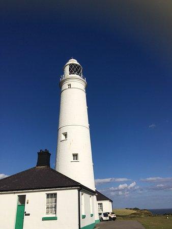 Monknash, UK: The beautiful lighthouse and cottages on the coast