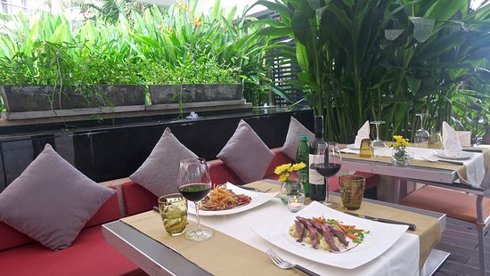 Leonardo Davinci: Our guests are amazed by our outdoor tropical dinning atmosphere.