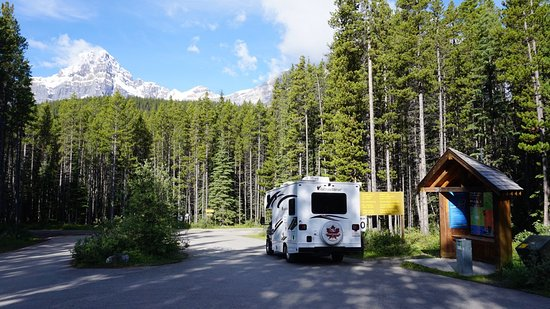 Waterfowl Lake Campground: Einfahrt (mit Self-registration) des Waterfowl Lakes Campground