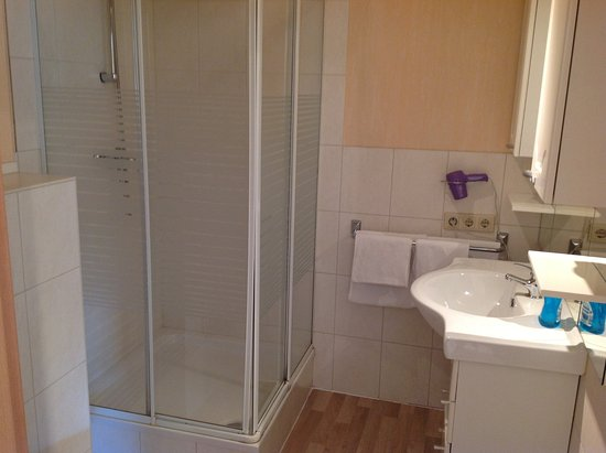 Butzbach, Германия: Bathroom with washbasin, shower-cubicle & toilet