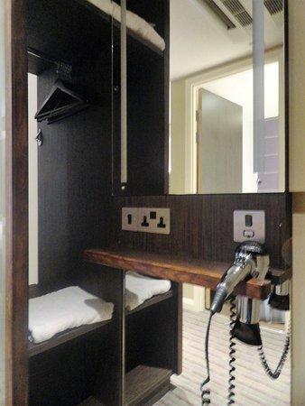 Premier Inn London Kings Cross Hotel: Armario con cajón, estante y varias perchas + espejo con luz propia y secador