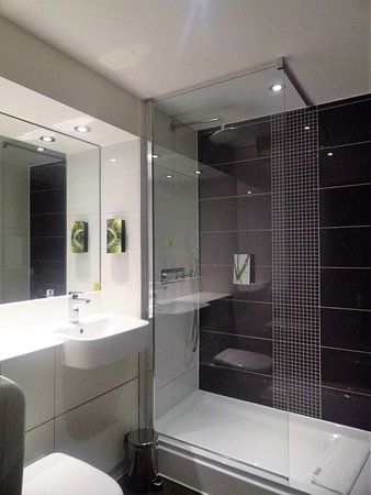 Premier Inn London Kings Cross Hotel: Baño con ducha muy amplia