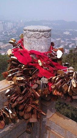 Jinan, Kina: Thousands of love locks left as an eternal promise