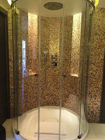 Spacious round shower - Picture of Hotel de Paris Saint-Tropez ...