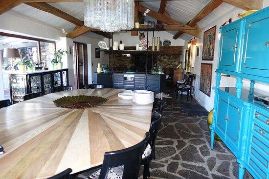 Vialas, França: salle à manger intérieure avec sa grande cheminée