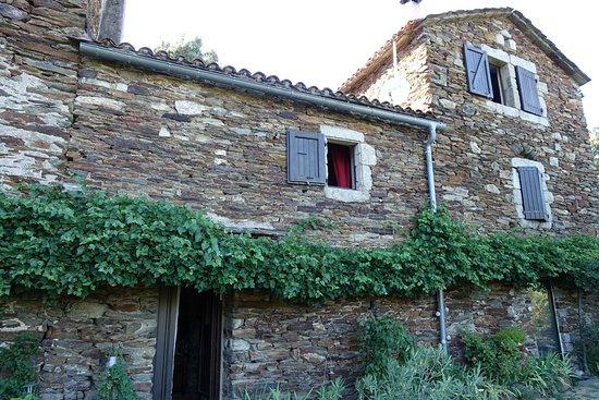Vialas, França: façade arrière du mas en pierre traditionnelle avec vue imprenable sur une nature généreuse