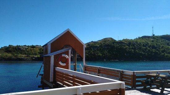 Reine, Noruega: Accès au ponton (barques), à droite possibilité de manger dehors