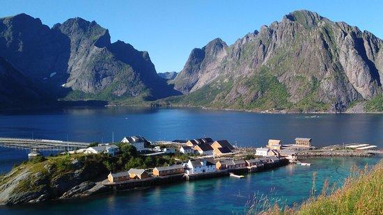 Reine, Noruega: Vue de l'île (les logements sont ceux qui donnent directement sur l'eau)