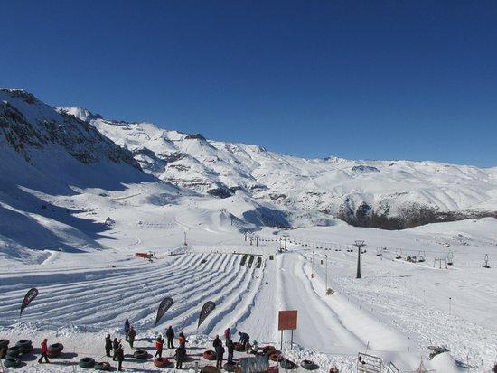 Farellones, Χιλή: Vista da pista para esocrregar, adultos e crianças