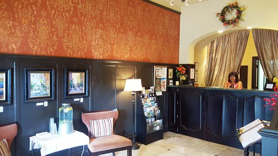 Camas, WA: B&B lobby with new owner at the counter.