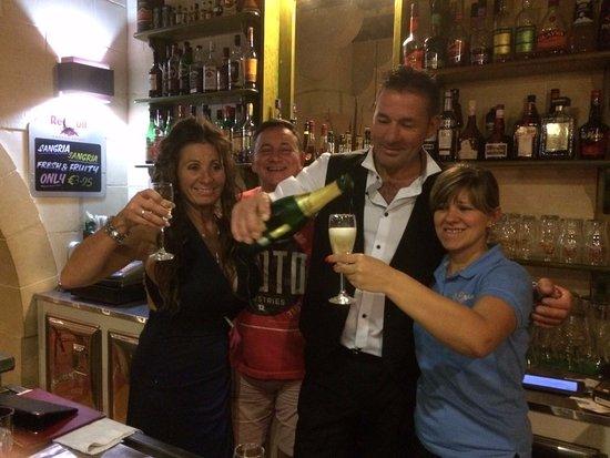 Sannat, Мальта: Celebrating with Teddy & Fatma at the bar in II Girn.
