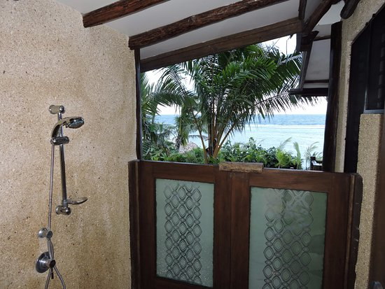Savasi Island Villas: The showers at Coral Villa are outside. Great way to get to know the neighbors!