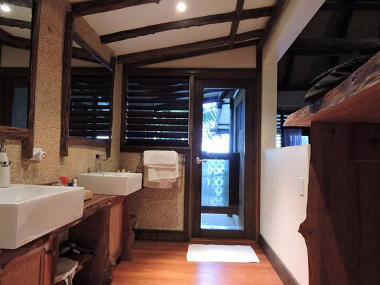 Savasi Island Villas: Dual sinks. No waiting. The door goes out to the shower.