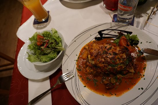 Gasthaus zur alten Press: Vegetarian lasagna, served with salad