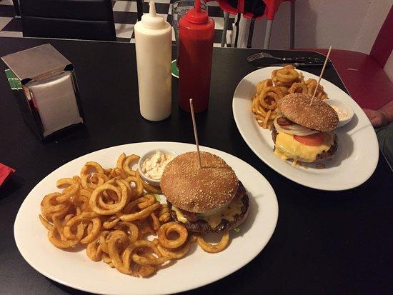 Hemmingen, Alemania: Burger mit Kringelpommes