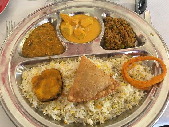 Le New Kashmir: Menu à 18€ Avec nan fromage Curry au poulet et au bœuf  Riz, samousa et beignet Dessert un gâtea