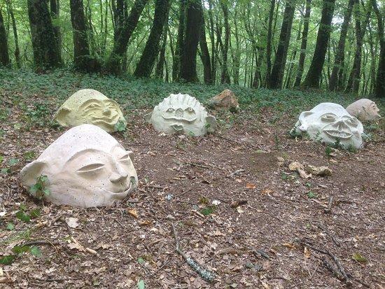 Vezac, فرنسا: Weird heads