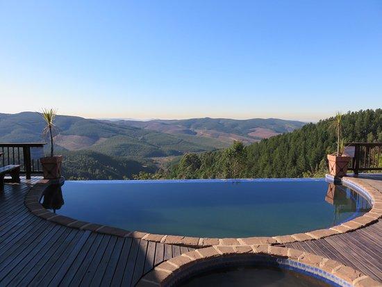 Misty Mountain: Photo prise le matin, lors du petit-déjeuner au bord de la piscine.