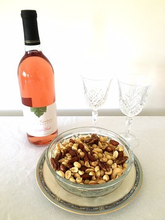 Centre Hall, Pensilvania: Add a bowl of nuts and a bottle of wine to your room!