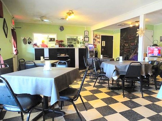 Jeff and Lisa's Brickhouse Grill: inside