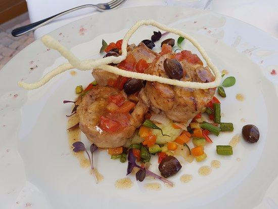 Cerretto Langhe, Italien: Coscia di Coniglio Disossata, Olive Taggiasche e Patate Nocciola
