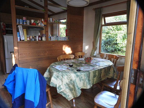 Charmouth, UK: Lodge dinning area with kitchen in background