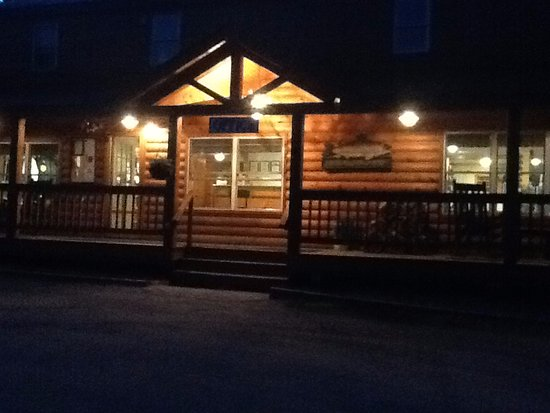 Pittsburg, NH: Lopstick Lodge at night