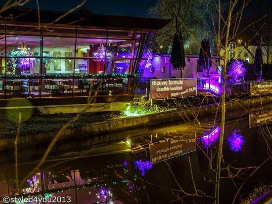 Veenendaal, Pays-Bas : Mucha aan het water