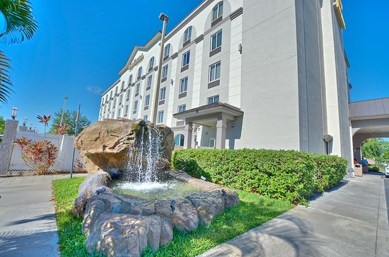 BEST WESTERN Airport Inn & Suites: Water Fountain