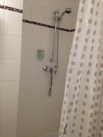 Mansfelder Hof: Das Bad war klein, aber sauber, sogar der Duschvorhang.