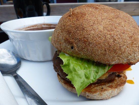 ยาร์เมาท์, แคนาดา: Thorburger and black bean soup