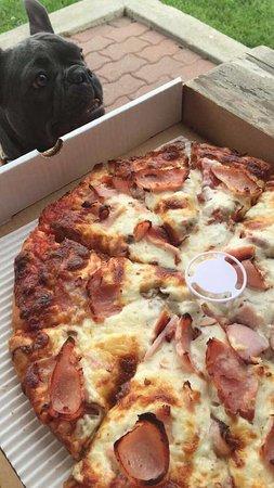 L & W Pizza & Spaghetti House: hot cheesy pizza!