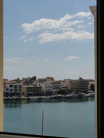 Hotel Lesvion: Vue sur le port, depuis la salle de bain